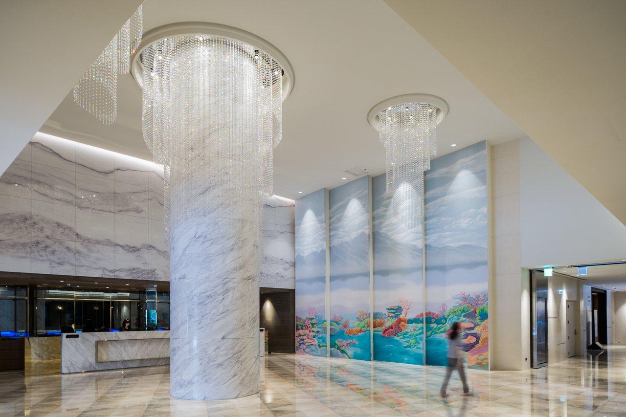 凱達大飯店大廳使用水晶燈、大理石柱作為迎賓元素。圖/凱達大飯店提供