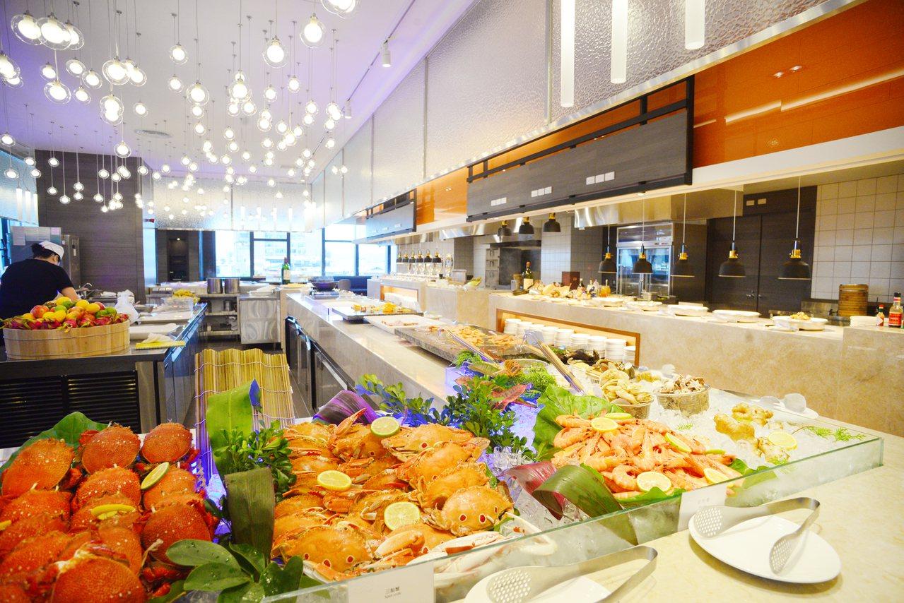 慶祝開幕,百宴自助餐廳推出4人同行、1人免費的專案。圖/凱達大飯店提供
