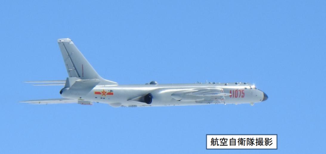 日本自衛隊戰機拍下的中共轟六,由機號顯示其來自陝西臨潼的空36師。圖/日本防衛省...