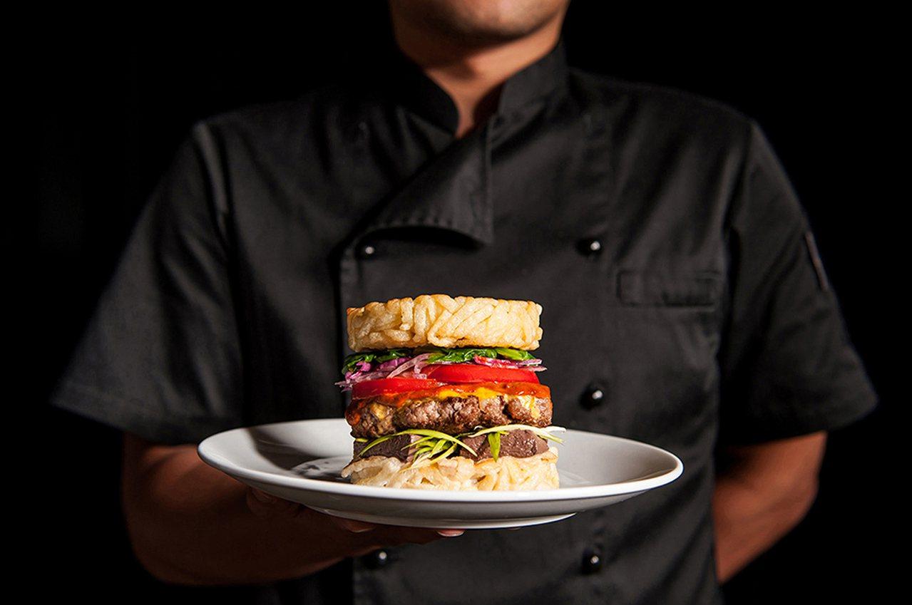 Selfish Burger喀漢堡即日起到明年2月底推出充滿台味的「麻辣拉麵漢堡...