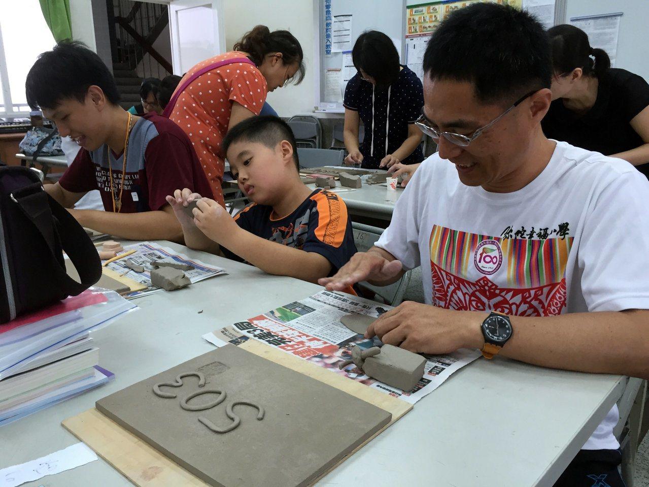 彌陀國小學生與社區住戶一起做門牌。圖/高雄市教育局提供