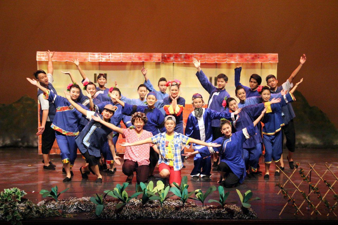 美濃國中表演客家文化藝術。圖/高雄市教育局提供