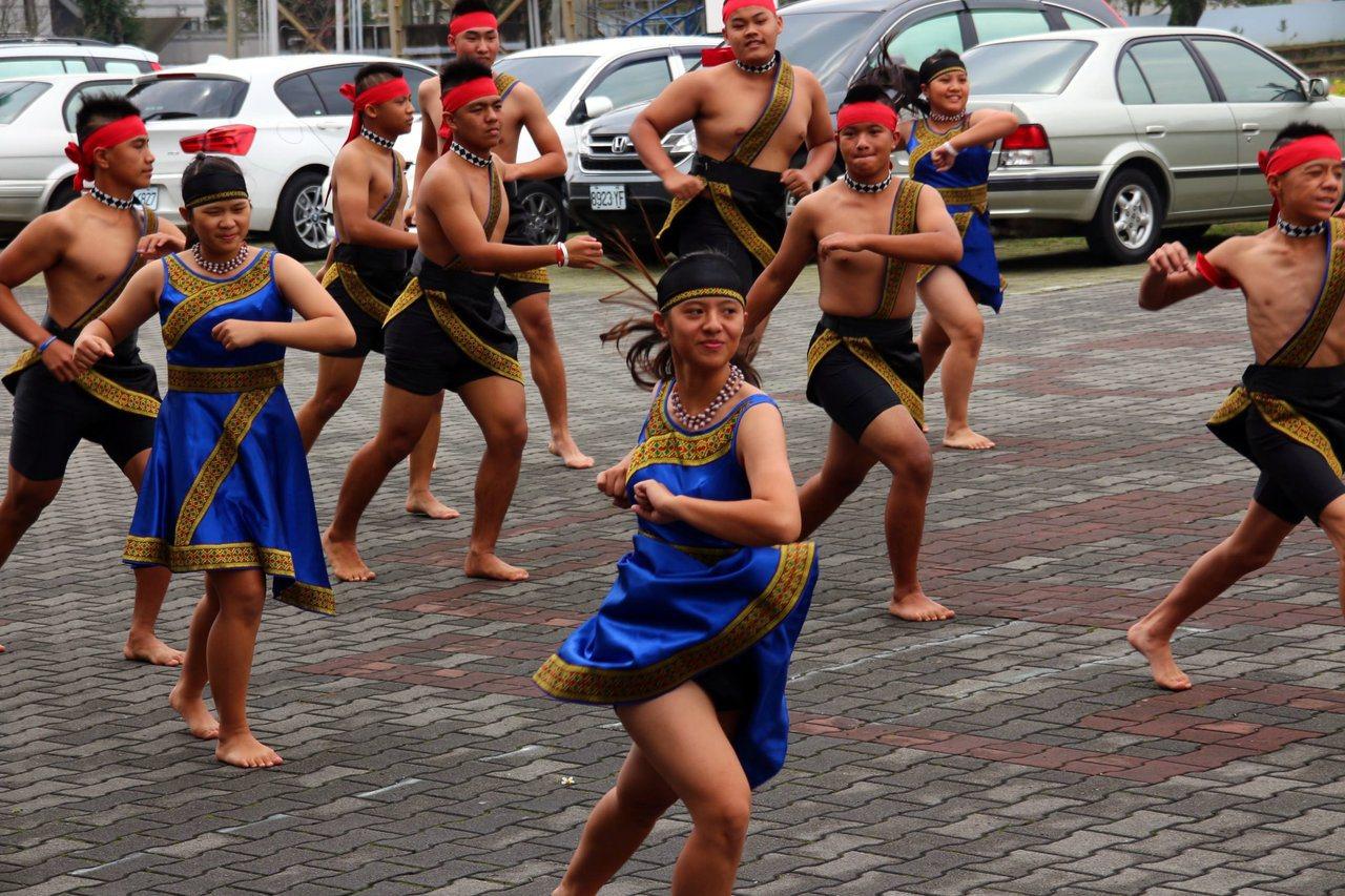 桃源國中學生展現原住民文化。圖/高雄市教育局提供