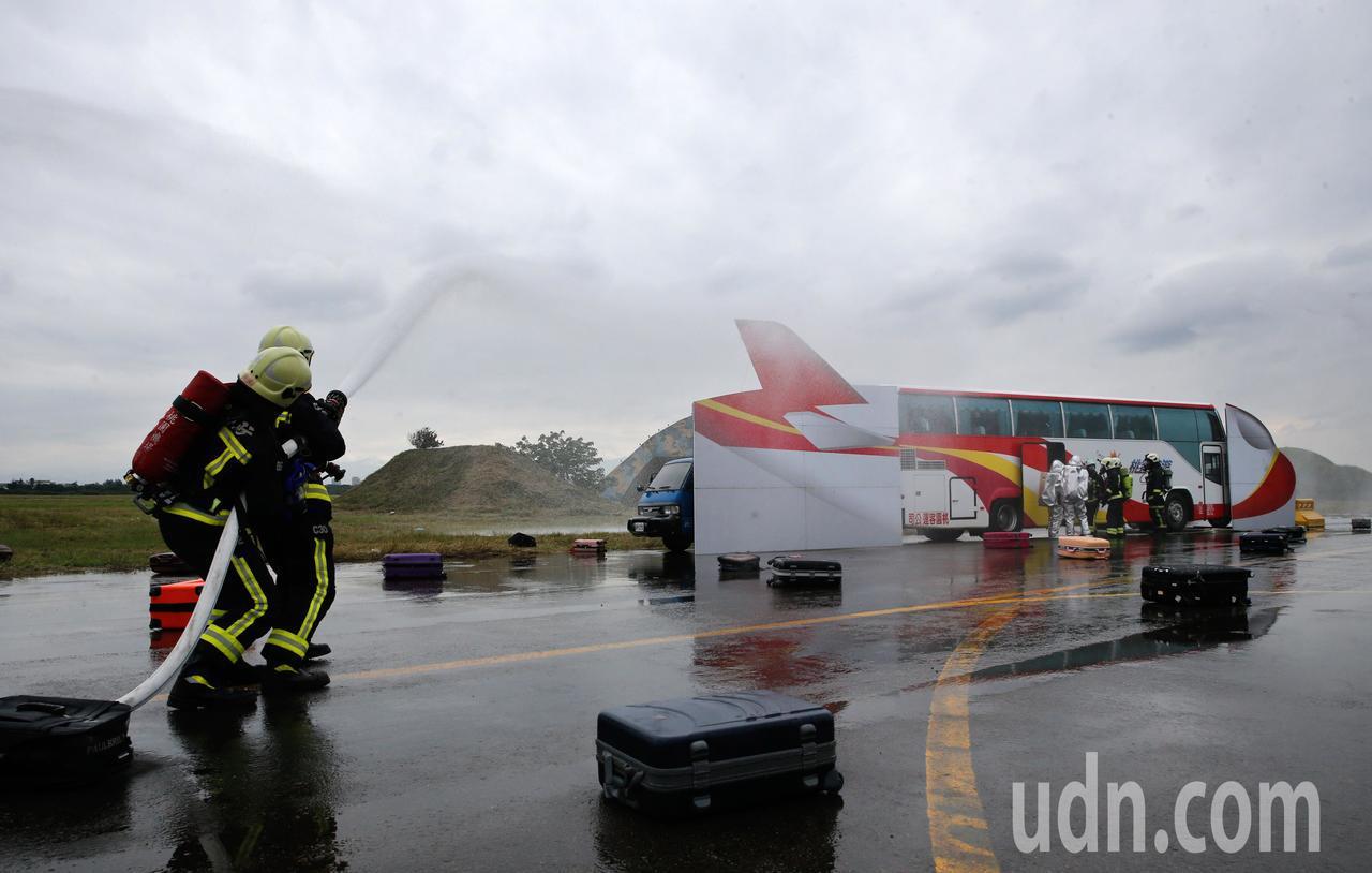 為提升空難緊急應變能力,桃園市政府與桃機公司等單位下午在大園海軍基地舉行「航空器...
