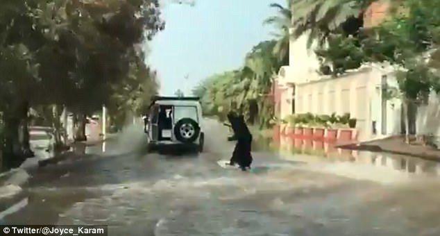 阿拉伯蒙面女俠在街頭衝浪。(圖/英國每日郵報)