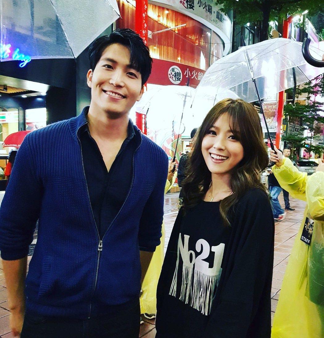 吳翔震(左)出席「追捕」首映巧遇偶像卓文萱。圖/李韶明提供