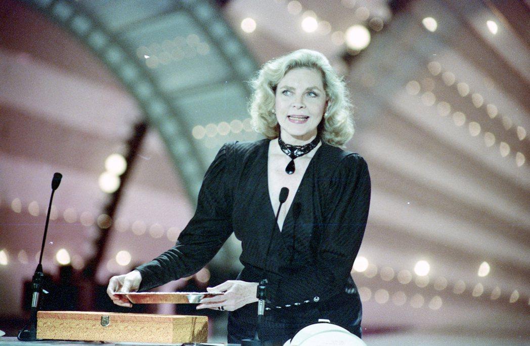 洛琳白考兒在金馬獎典禮上獲頒紀念獎牌,據傳個人並不滿意。圖/報系資料照片