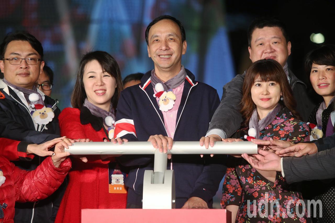 新北市長朱立倫等人為耶誕城點燈。記者楊萬雲/攝影