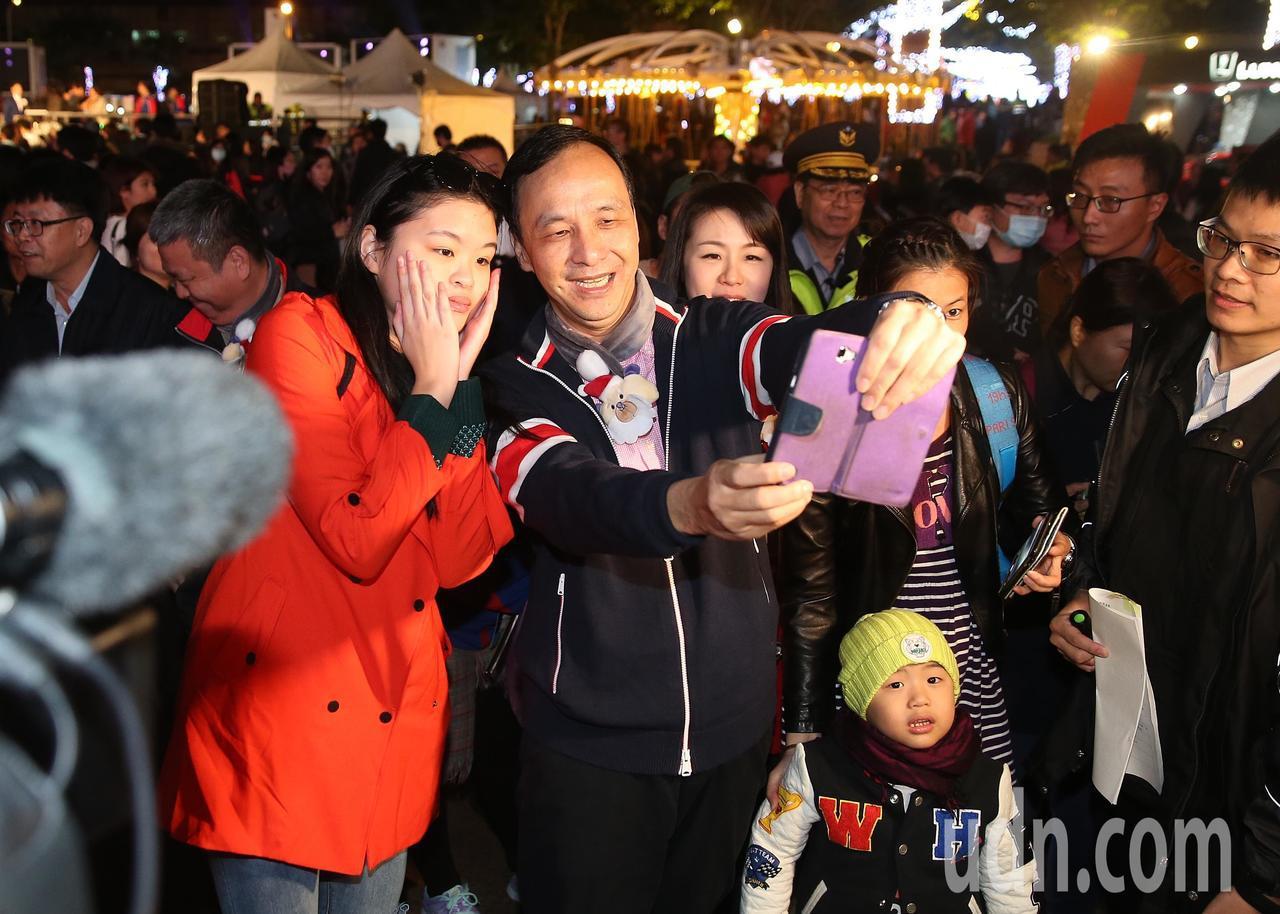 新北市長朱立倫到耶誕城與民眾互動合影。記者楊萬雲/攝影