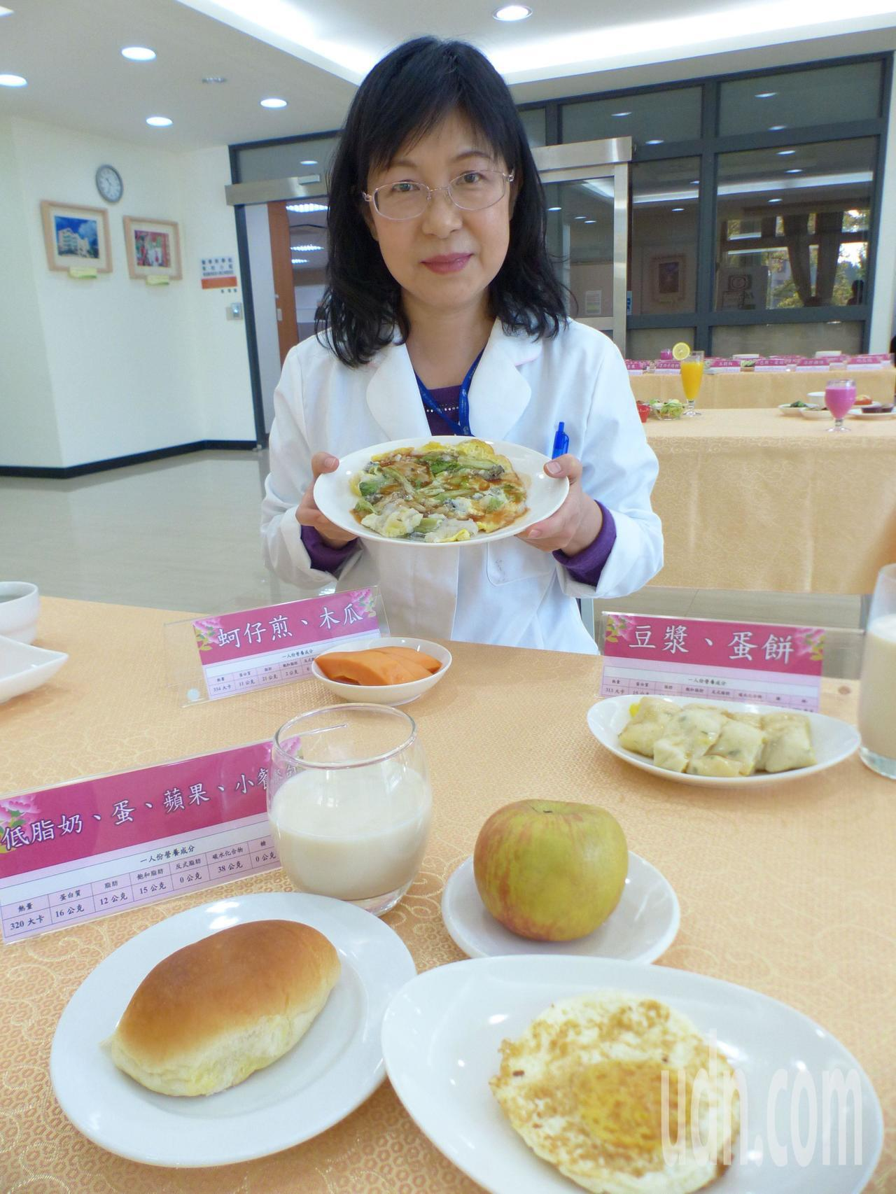營養師王文宏建議,懷孕4個月起,1天可增加一份蚵仔煎和木瓜,或蛋餅加豆漿,或低脂...