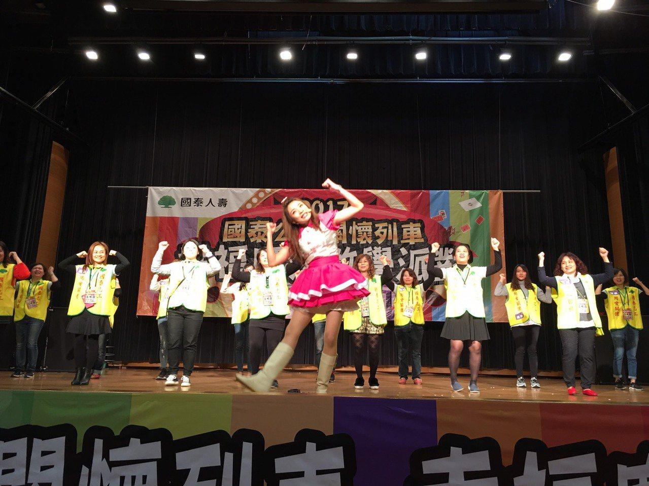國泰關懷列車今晚開到二林鎮圖書館,可愛又美麗的幸福天使妮妮帶動唱,與現場近千名親...