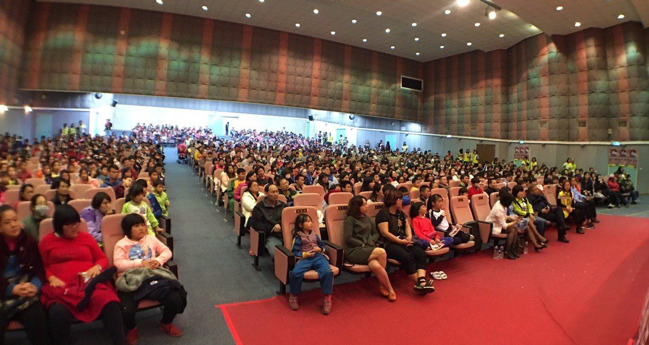 國泰關懷列車今晚開到二林鎮圖書館,吸引近千名親子觀賞。圖/國泰公司提供