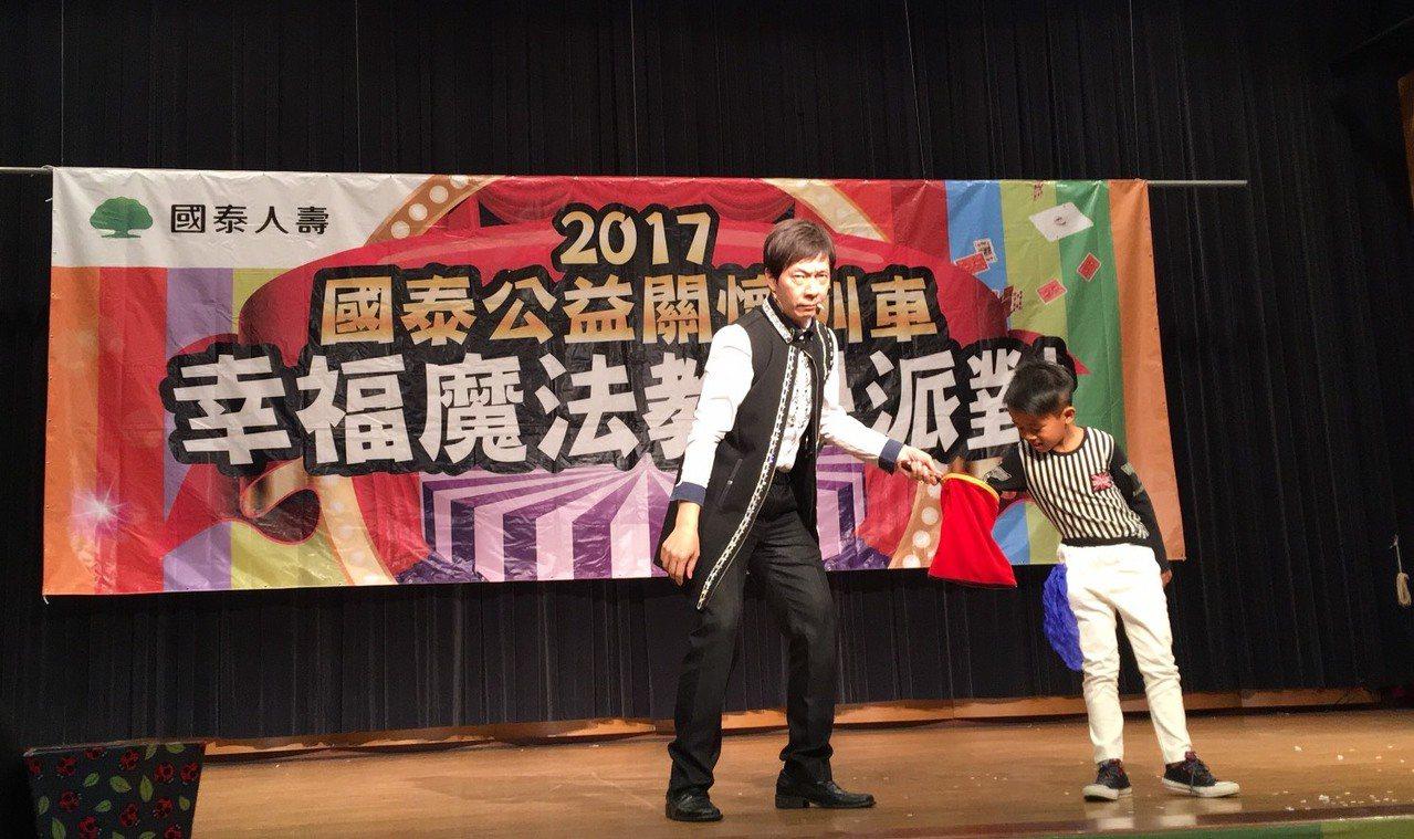 國泰關懷列車今晚開到二林鎮圖書館,知名魔術大師粘立人逗趣的魔術演出,讓現場近千名...