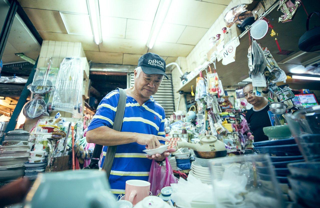 胡定一喜歡逛二手市場,挖掘各種可以「做」聲音的工具。圖/文化總會提供