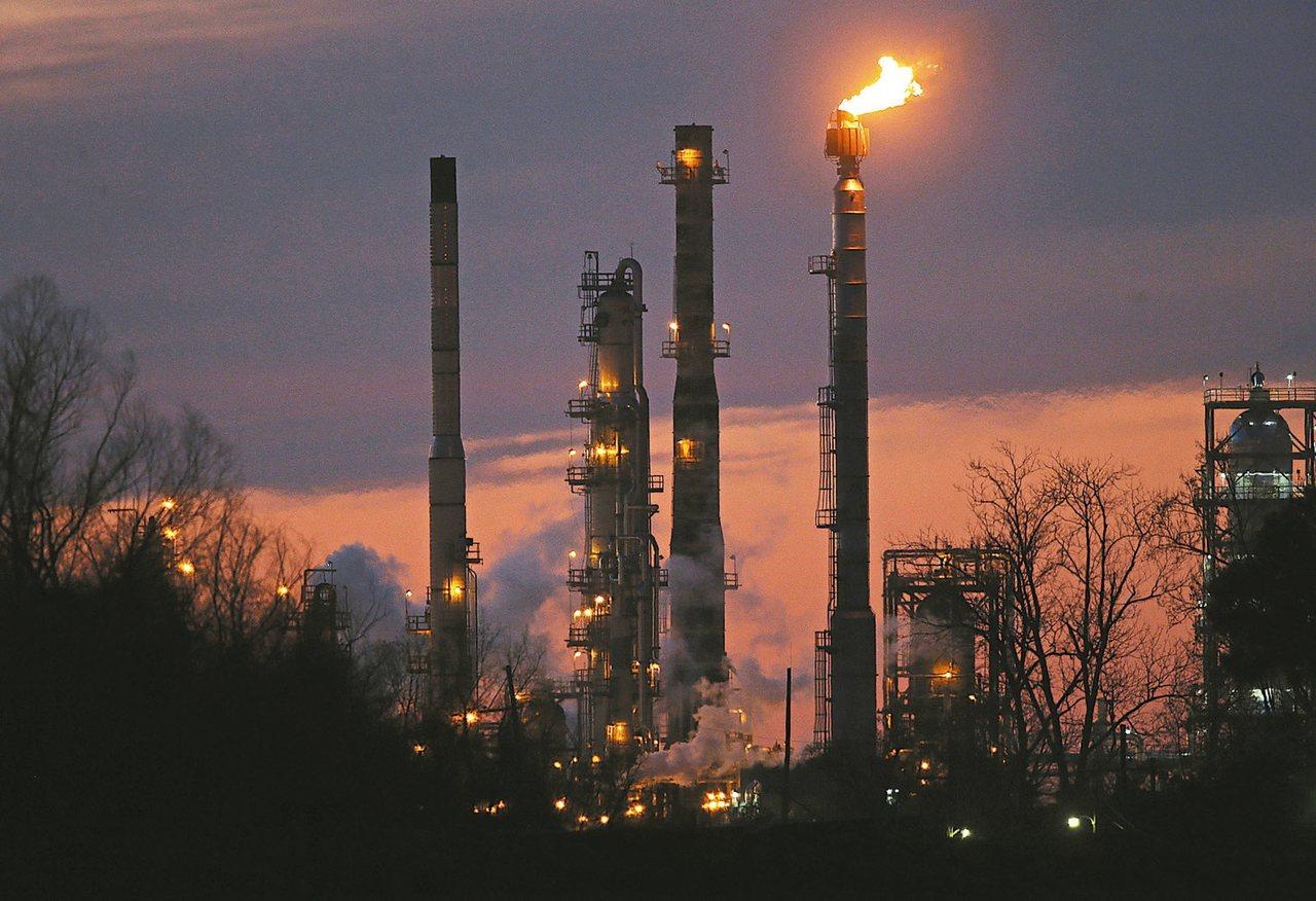 圖為位於加州聖伯納的美孚煉油廠。 美聯社