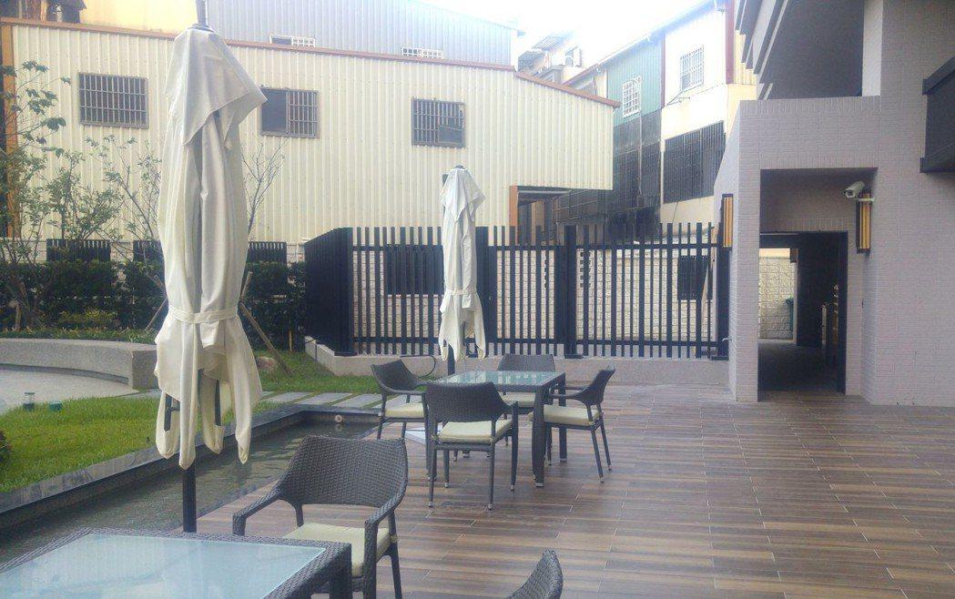 豐原區某大樓設固定式柵欄,將261坪廣場式開放空間圍起來,變成社區中庭。 圖/台...