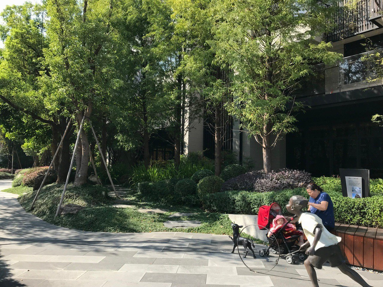 建築開放空間可營造街廓氛圍,提供社區休憩空間。 記者洪敬浤/攝影
