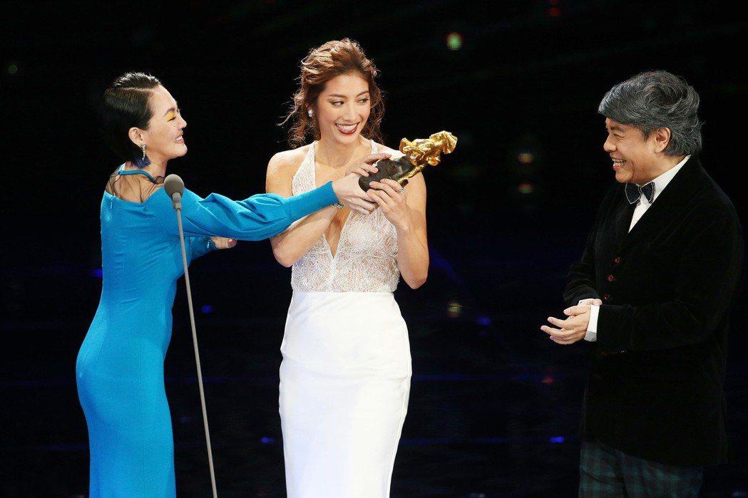 第五十四屆金馬獎頒獎嘉賓蔡康永(右)、小S徐熙娣(左)頒發最佳新演員獎給瑞瑪席丹