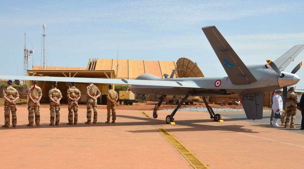 在非洲尼日,法國軍人站在一架無人機旁,等候法國軍隊部長到訪。 (法新社)