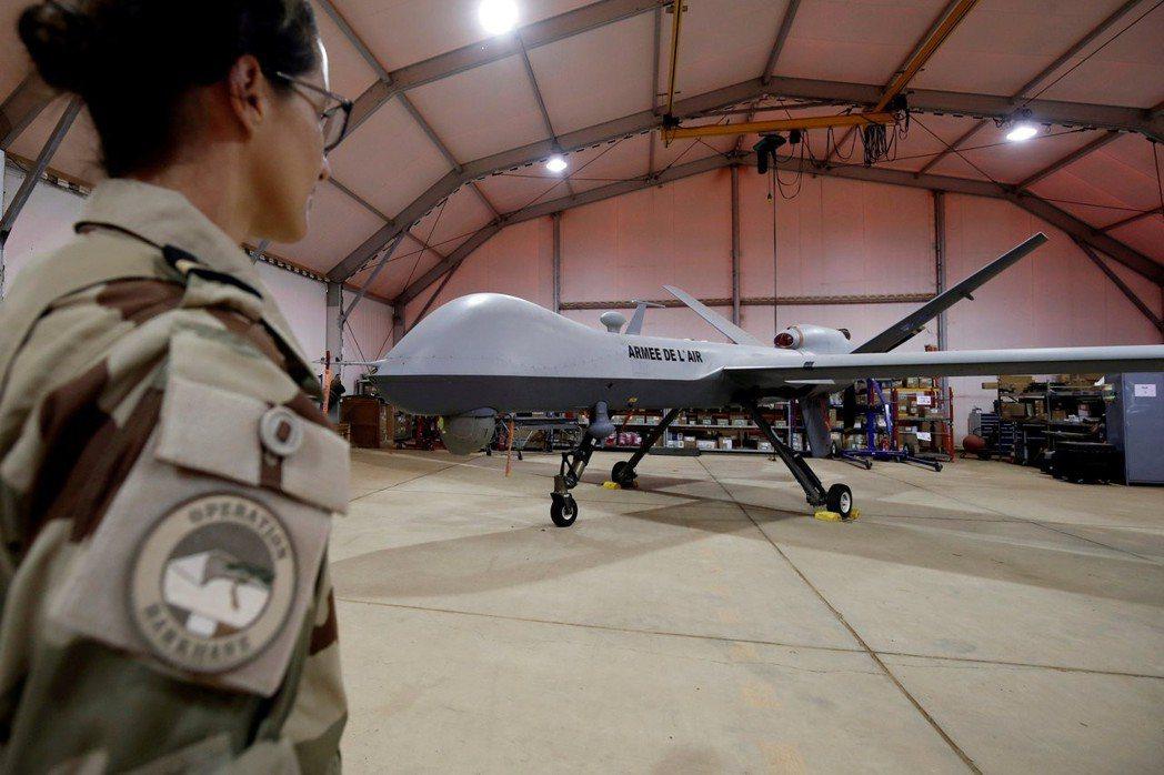 一名法國軍人正檢視一架無人機。 (路透)