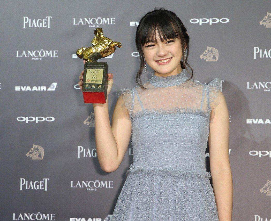 第54屆金馬獎最佳女配角獎25日晚間揭曉,獲獎的文淇在後台開心拿著獎座合影。  ...