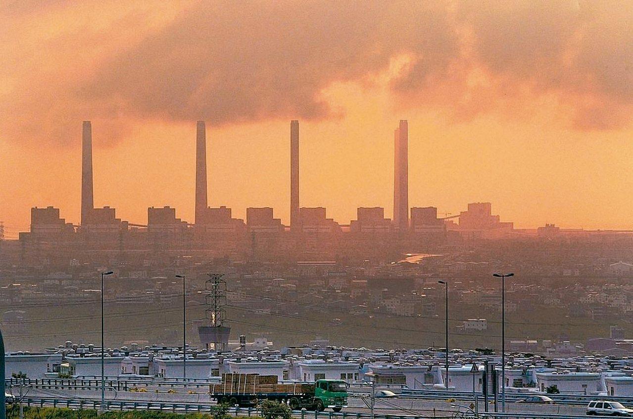 環保署預告了溫室氣體減排的路徑,先緩後急。因為現階段部分核能機組停機,只能用火力...