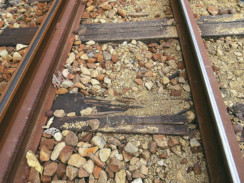 阿里山森林鐵路部分路段道碴流失,排水性變差。 記者雷光涵/攝影