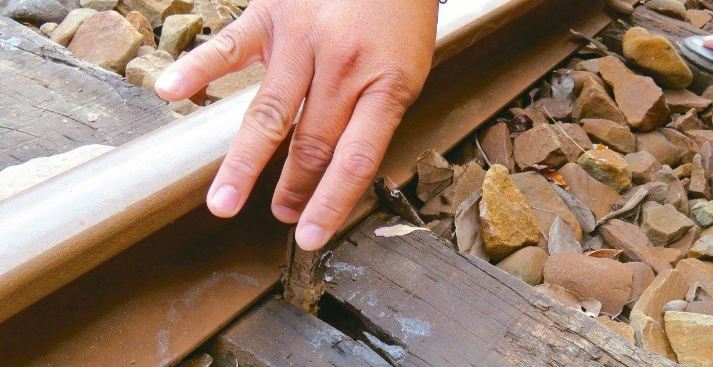 阿里山森林鐵路部分路段的道釘鬆動至可徒手拔起。 記者雷光涵/攝影