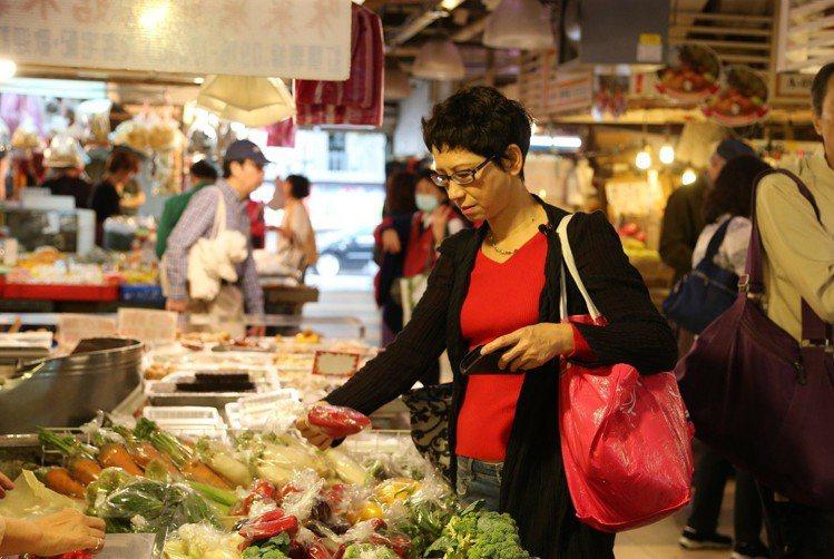 蔡珠兒會和傳統市場攤販搏感情、挑好物。記者陳立凱/攝影
