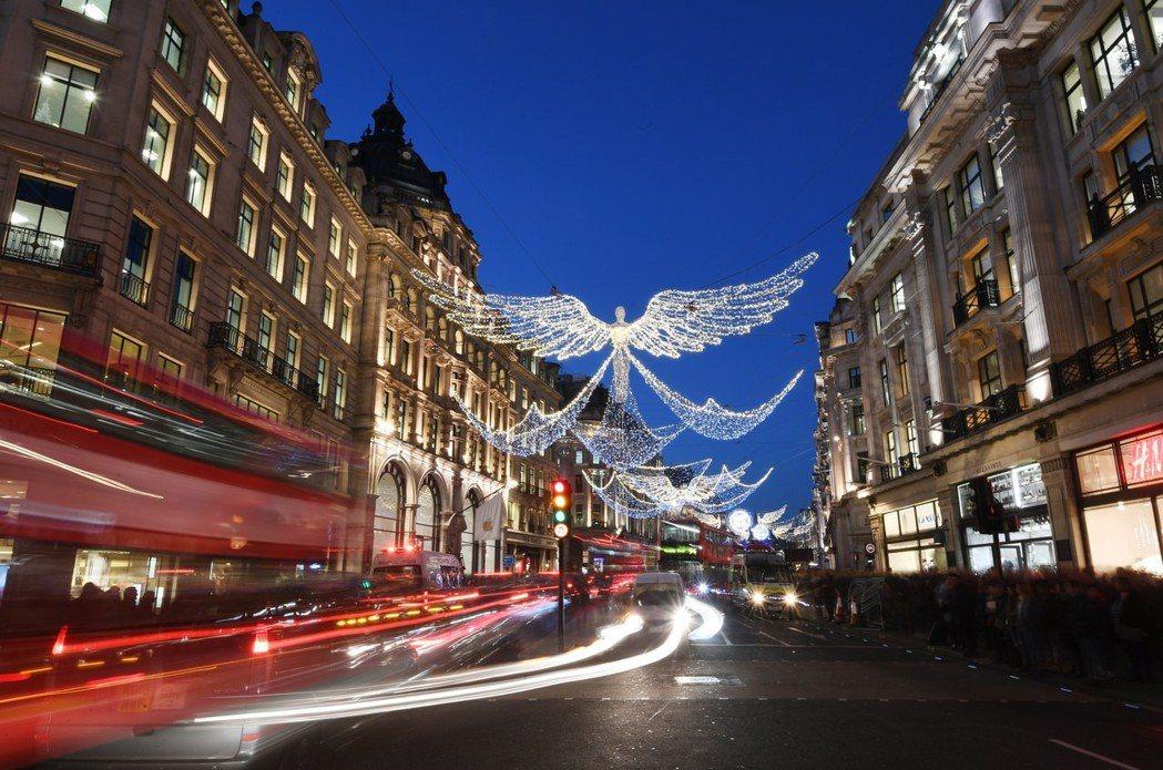 為迎接年終購物旺季來臨,英國倫敦攝政街布滿燈飾點綴街景,高掛的天使造型燈飾尤其引...