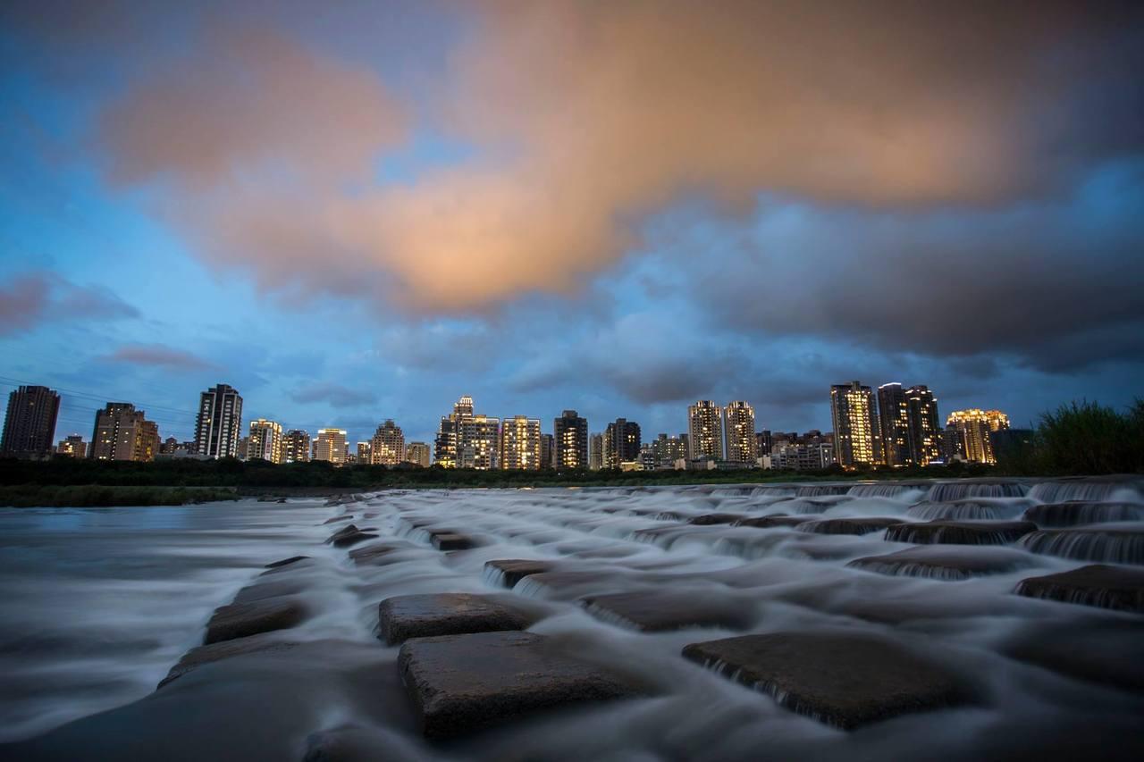 新竹市與竹北交界的頭前溪豆腐岩,河川上一塊塊岩石宛如豆腐排排站,可愛又療癒。 圖...