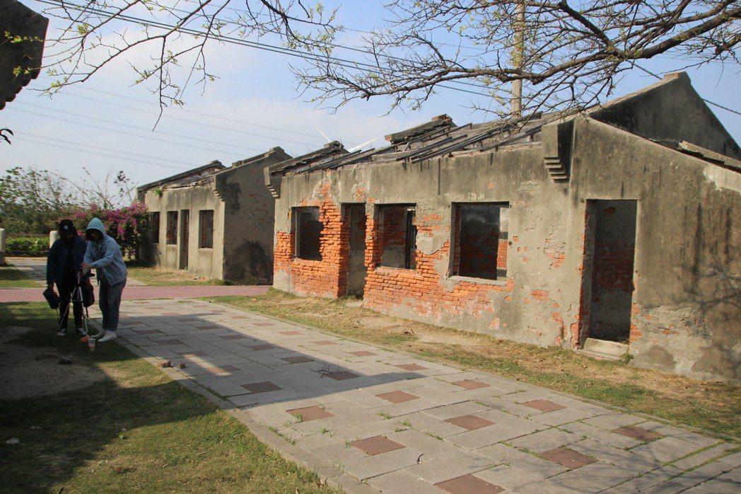 線西鄉蛤蜊兵營讓老舊廢棄兵營成為社區亮點,吸引遊客拍照。 記者林敬家/攝影