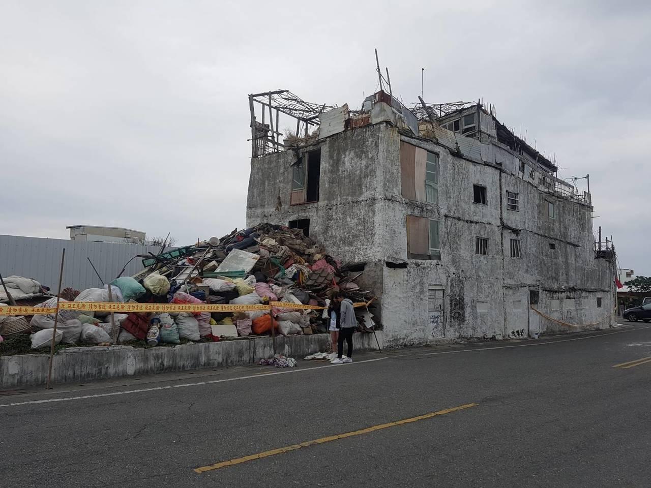 台東市海濱公園的小白屋,以各種材料拼建而成,看似殘破卻成為街上特色一景。 記者林...