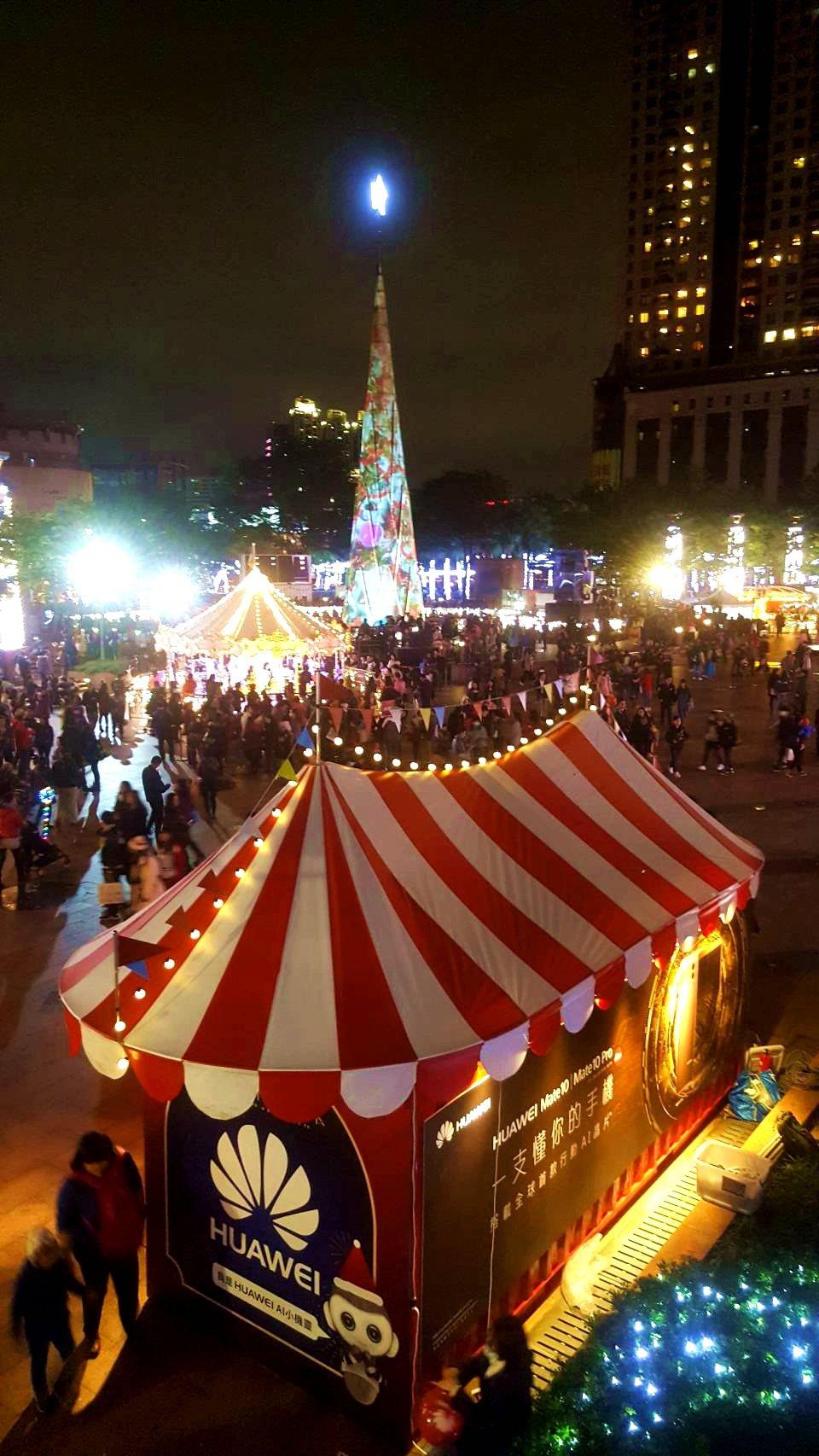 市府前的廣場上,有許多耶誕風情的攤車。記者陳睿中/攝影