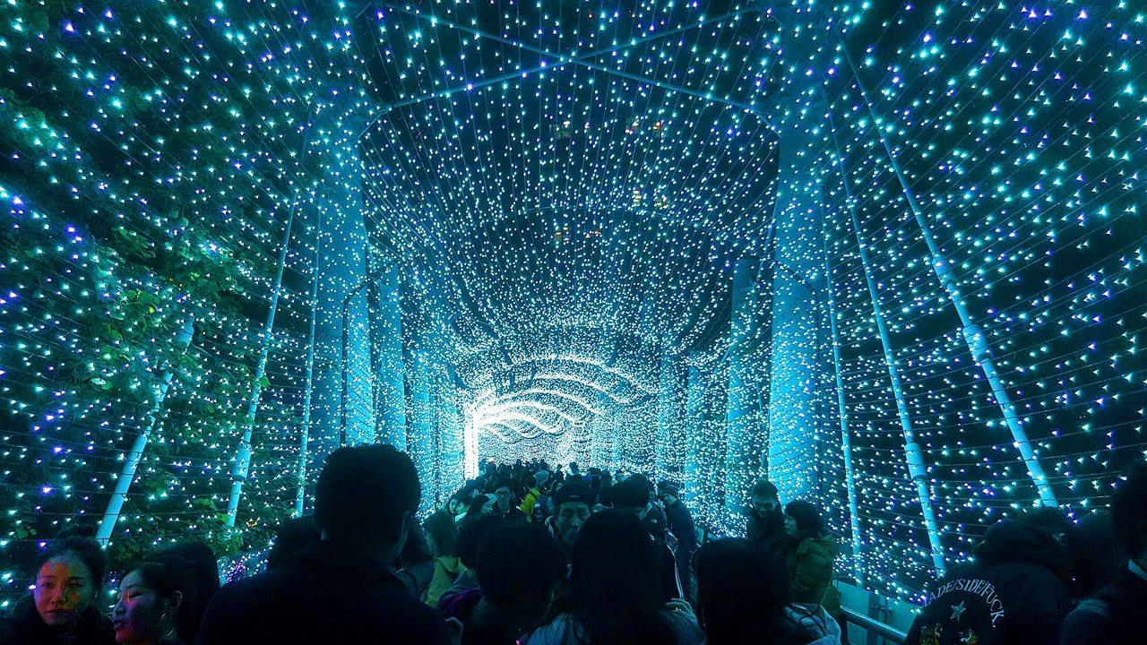 全長70公尺的「藍色時光隧道」,共使用了10萬顆LED燈泡打造而成。記者陳睿中/...