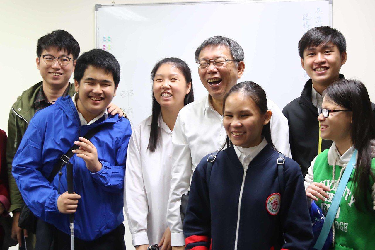 北市啟明學校昨天舉辦「視障者城市定向行動競賽」,全校百名學生搭乘大眾運輸到指定地...