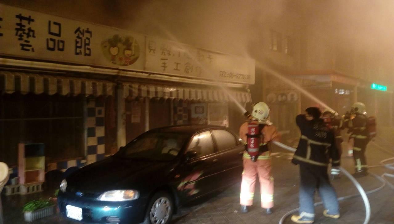 澎湖馬公市惠安路28號清晨火警,消防隊迅速灌救。圖/澎湖縣消防局提供