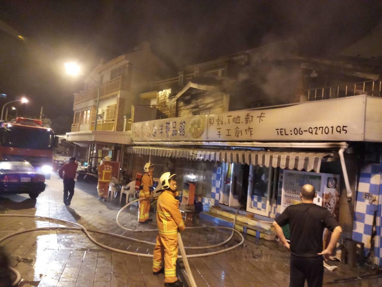 澎湖馬公市惠安路28號店家火警,濃煙從二樓竄出。圖/澎湖縣消防局提供