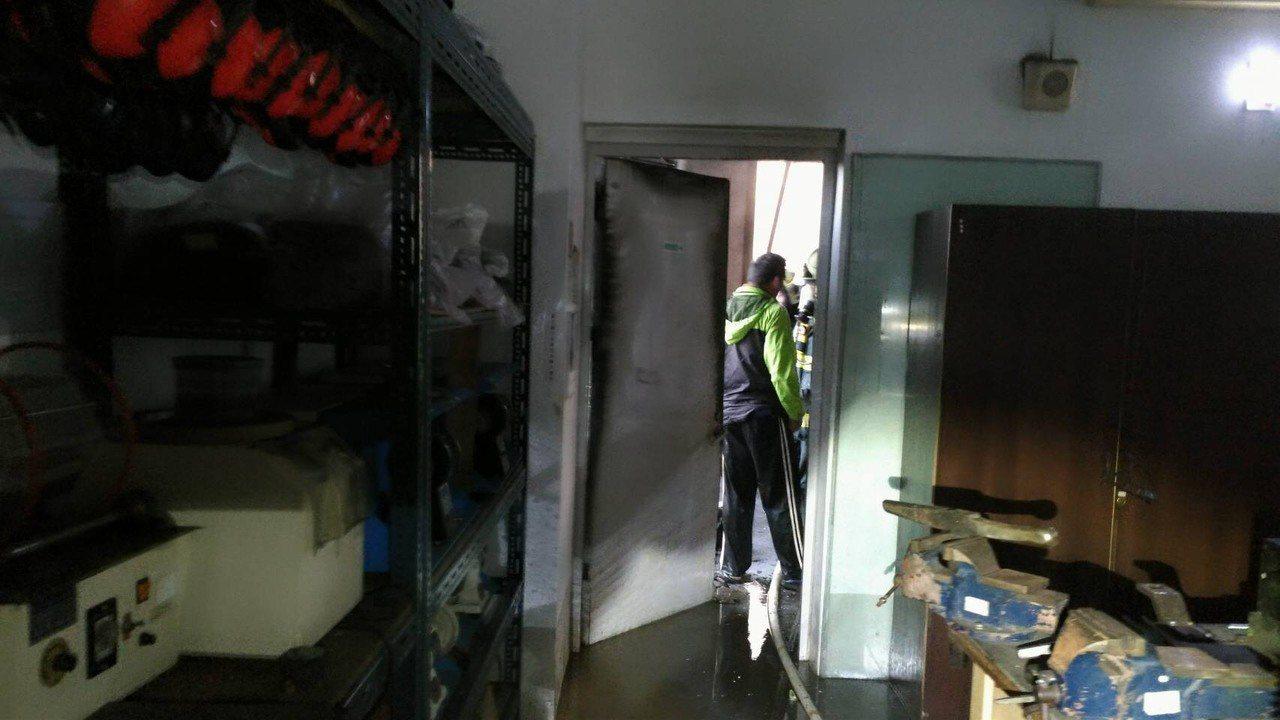 樹德科技大學一間工藝教室今天清晨冒出濃煙,警消搶救。記者黃宣翰/翻攝