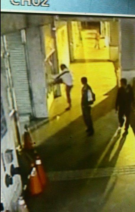 高雄市賈姓男子涉嫌腳踢自動櫃員機螢幕,被警方依毀損罪嫌法辦。記者黃宣翰/翻攝