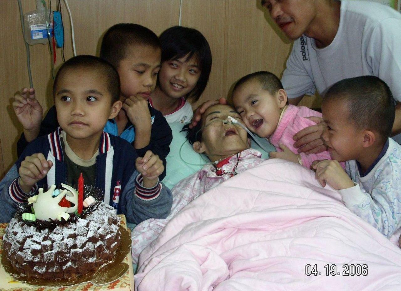 南投竹山鎮魏家五兄妹兒時與癌母合影。圖/周希諴提供