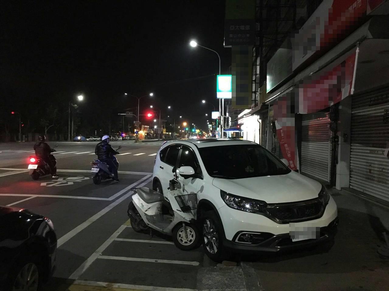 洪男涉嫌毒駕,開著休旅車突然逆向衝撞到停放路旁兩輛機車。記者劉星君/翻攝