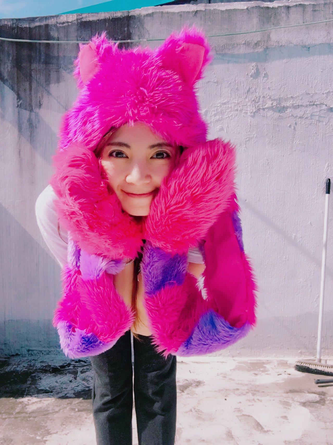 宅男女神阿喜提供的可愛戲服配件,將在新北歡樂耶誕城進行義賣。圖/新北環保局提供
