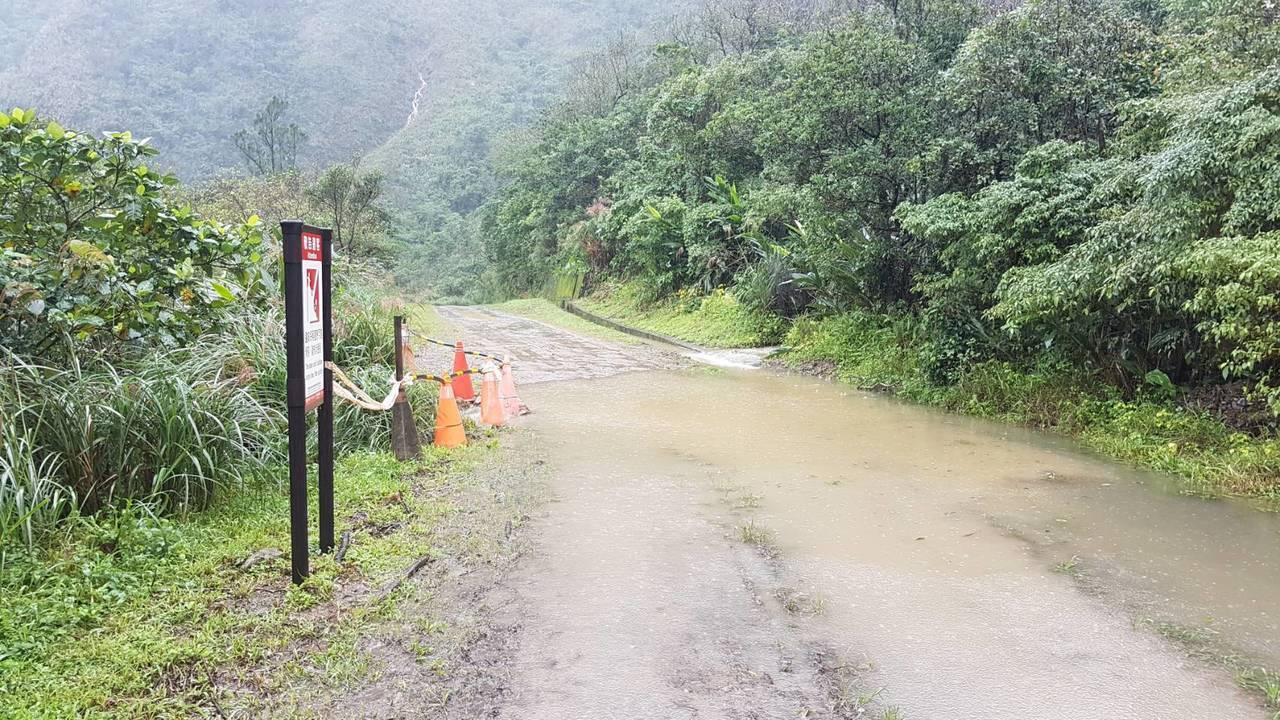 草嶺古道大里端產業道路因雨坍方,人車無法通行。圖/東北角風管處提供