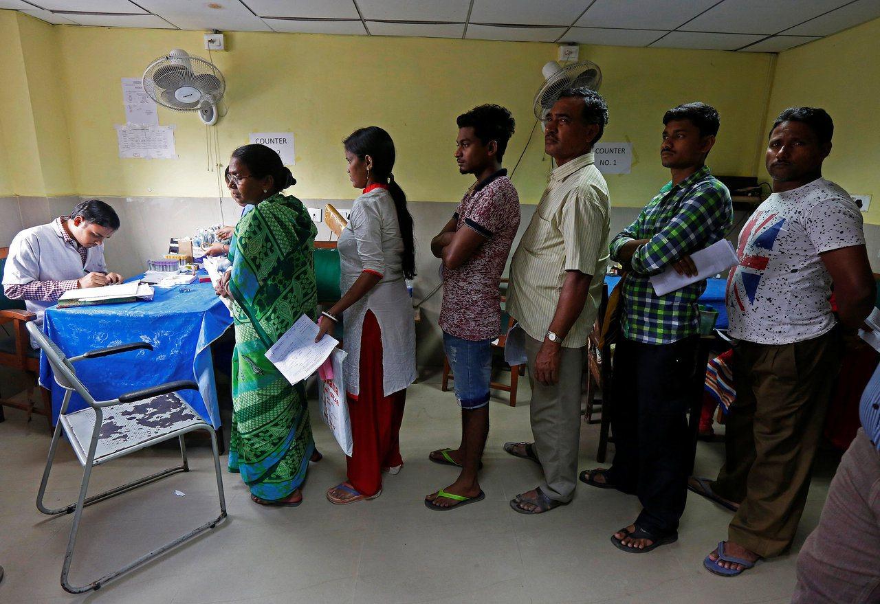 印度病患排隊量體溫。路透