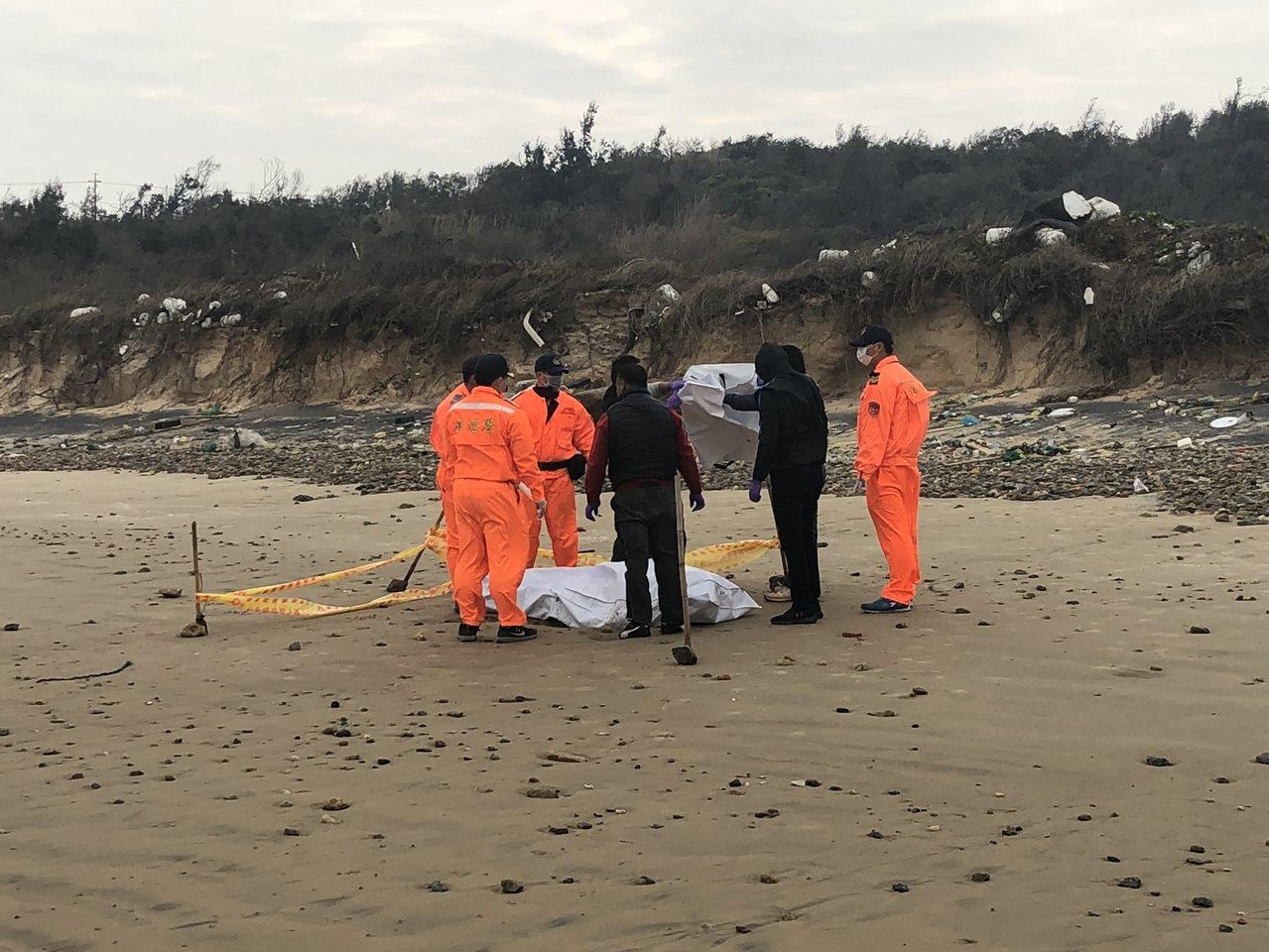 金門狗嶼灣昨發現1具浮屍,研判可能是先前在復國墩外海落海失蹤的大陸船員。圖:金門...