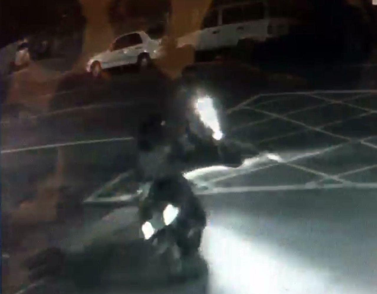 警方調閱監視器,發現砸車歹徒分騎兩輛機王到犯案現場。記者王昭月/翻攝
