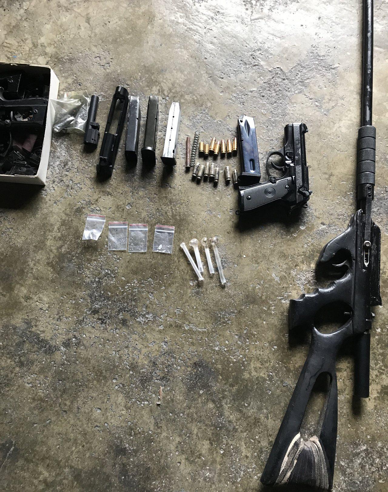警方在廖男家中查獲空氣獵槍、改造槍枝。記者劉星君/翻攝