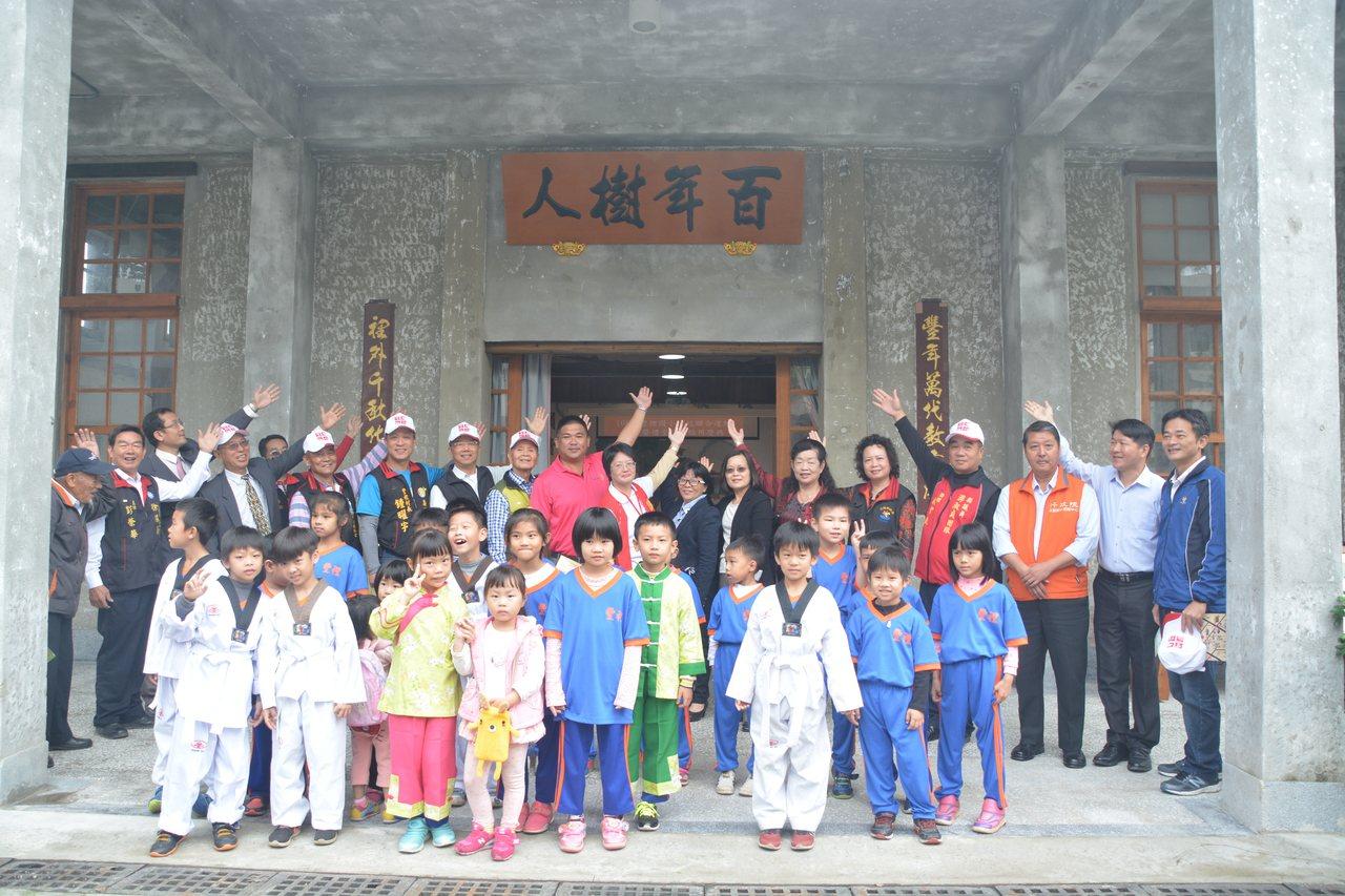 眾人為禮堂牌匾「百年樹人」揭幕。記者徐庭揚/攝影