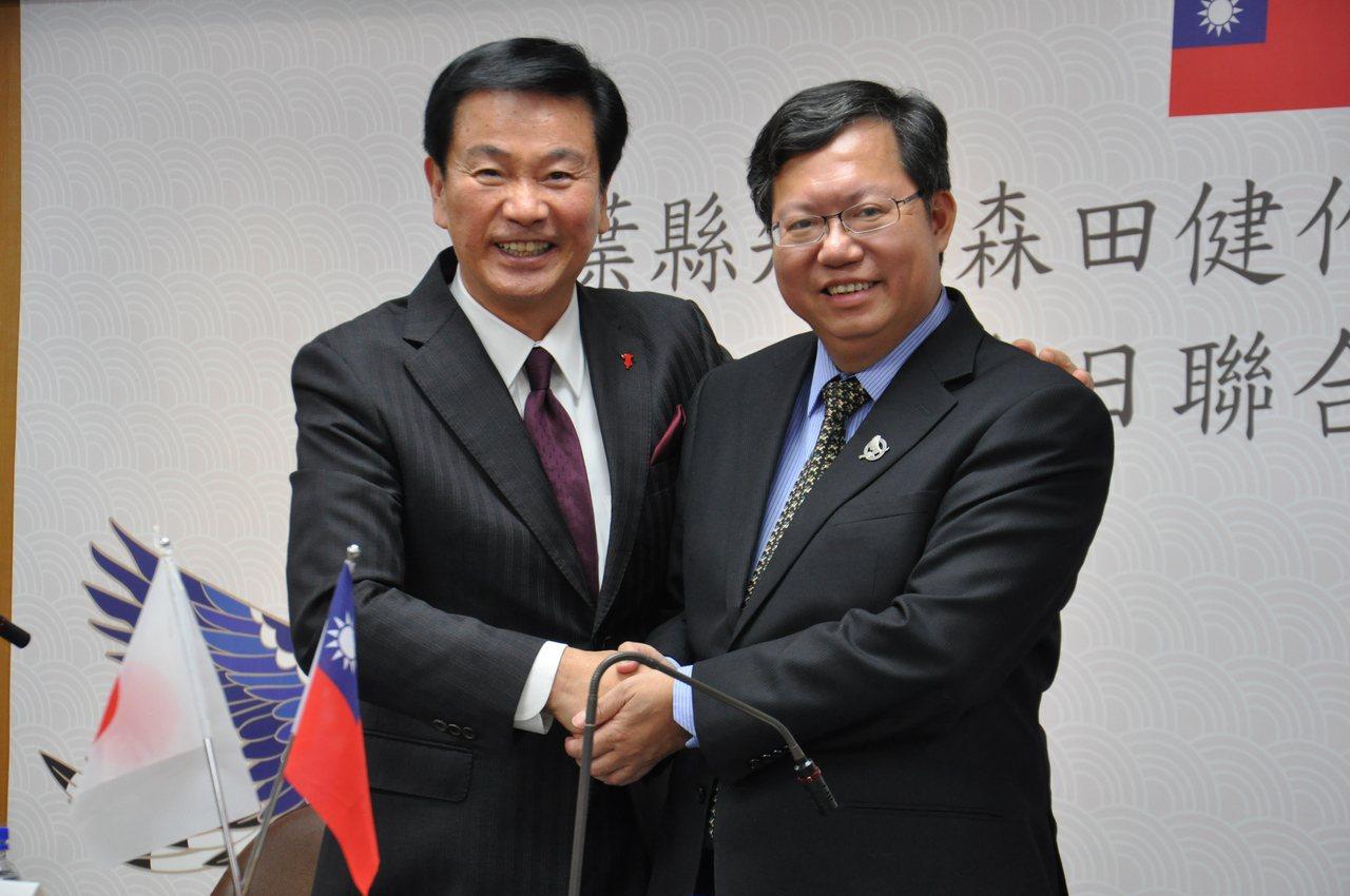 日本千葉知事森田健作(左)23日來訪桃園,在桃園市府舉辦的台日聯合記者會上曾公開...